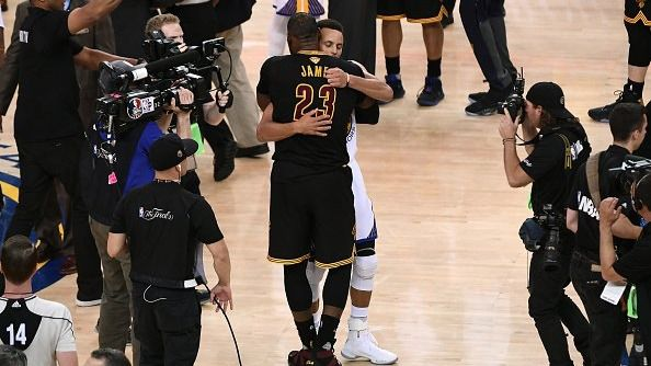 Curry 'le tira el trofeo' a la cara a LeBron