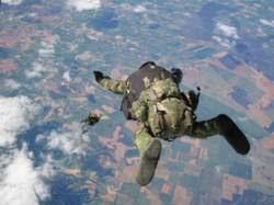 España participa en ejercicio militar internacional de paracaidismo