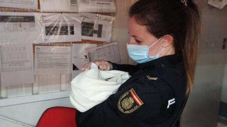 Encuentran un bebé en buen estado abandonado en el carro de un supermercado de Ávila