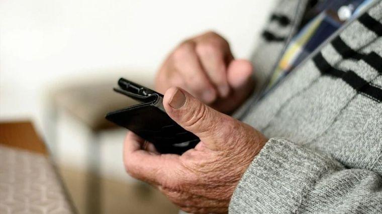 La crisis del coronavirus pone de manifiesto el desamparo digital de los mayores