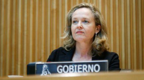 Calviño aboga por reforzar sectores clave como el turismo, comercio y automoción
