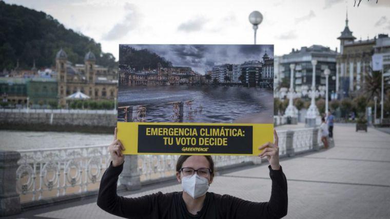 Greenpeace hace desaparecer la Playa de La Concha para pedir a la ciudadanía vasca que mañana vote pensando en el planeta