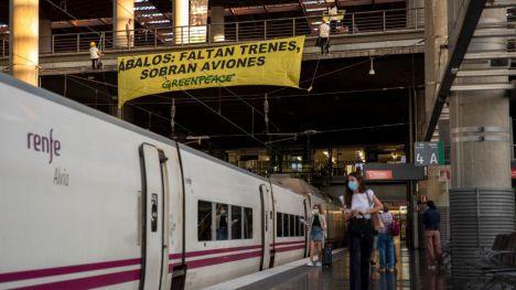 Greenpeace demanda a Ábalos que apueste por el ferrocarril frente al avión y el coche
