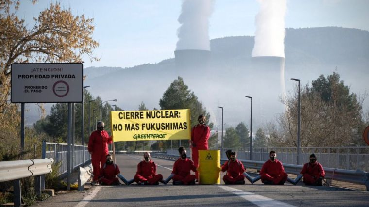 Activistas de Greenpeace han cerrado el acceso de la central nuclear de Cofrentes