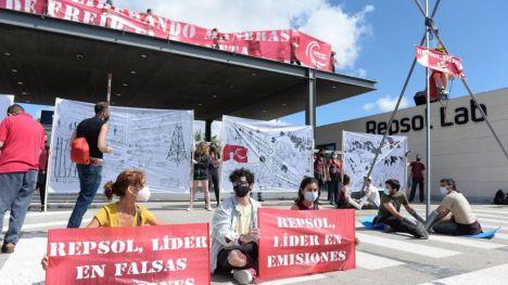 Más de 100 activistas de Rebelión por el Clima piden el cese de las actividades fósiles de Repsol