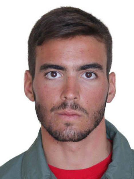 La ministra de Defensa condecora al teniente Fernando Pérez Serrano