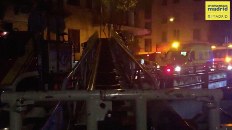 Cuatro policías salvan la vida de un joven en un incendio en Madrid