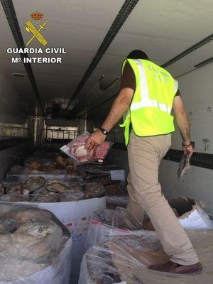 La Guardia Civil interviene 10.700 jamones y embutidos ibéricos congelados en mal estado
