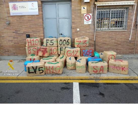 Intervenidos 2.407 kilos de hachís tras impedir su alijo en Punta Carnero (Algeciras)